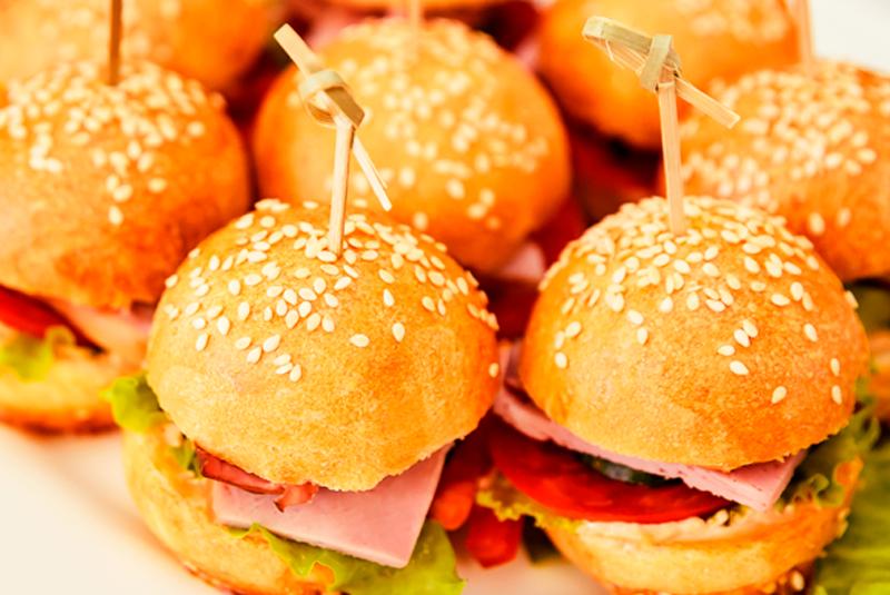 Mini hamburguers servidos no buffet de casamento