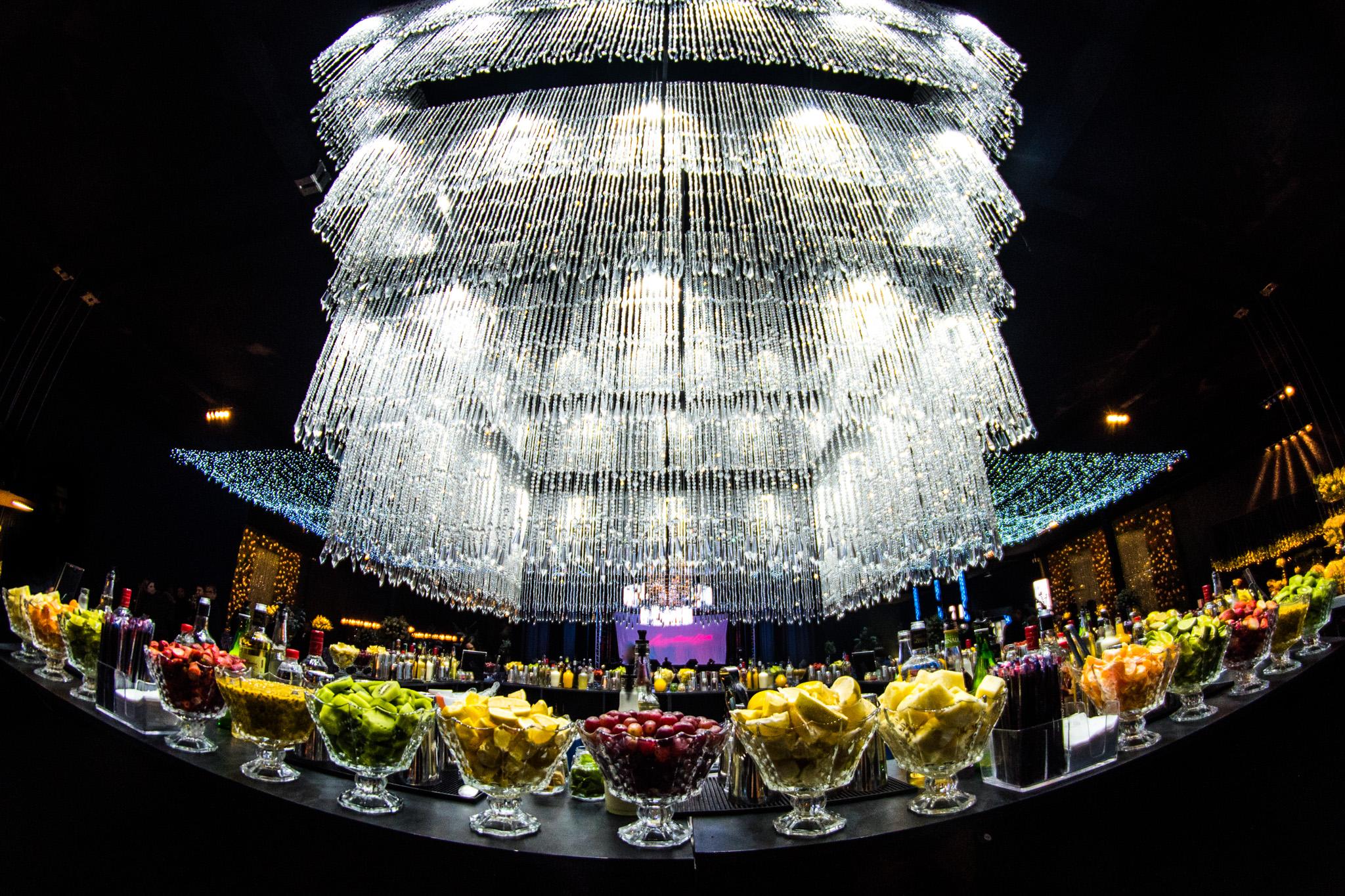 Bar de caipirinhas com várias frutas e cortina de lustre de buffet de formatura