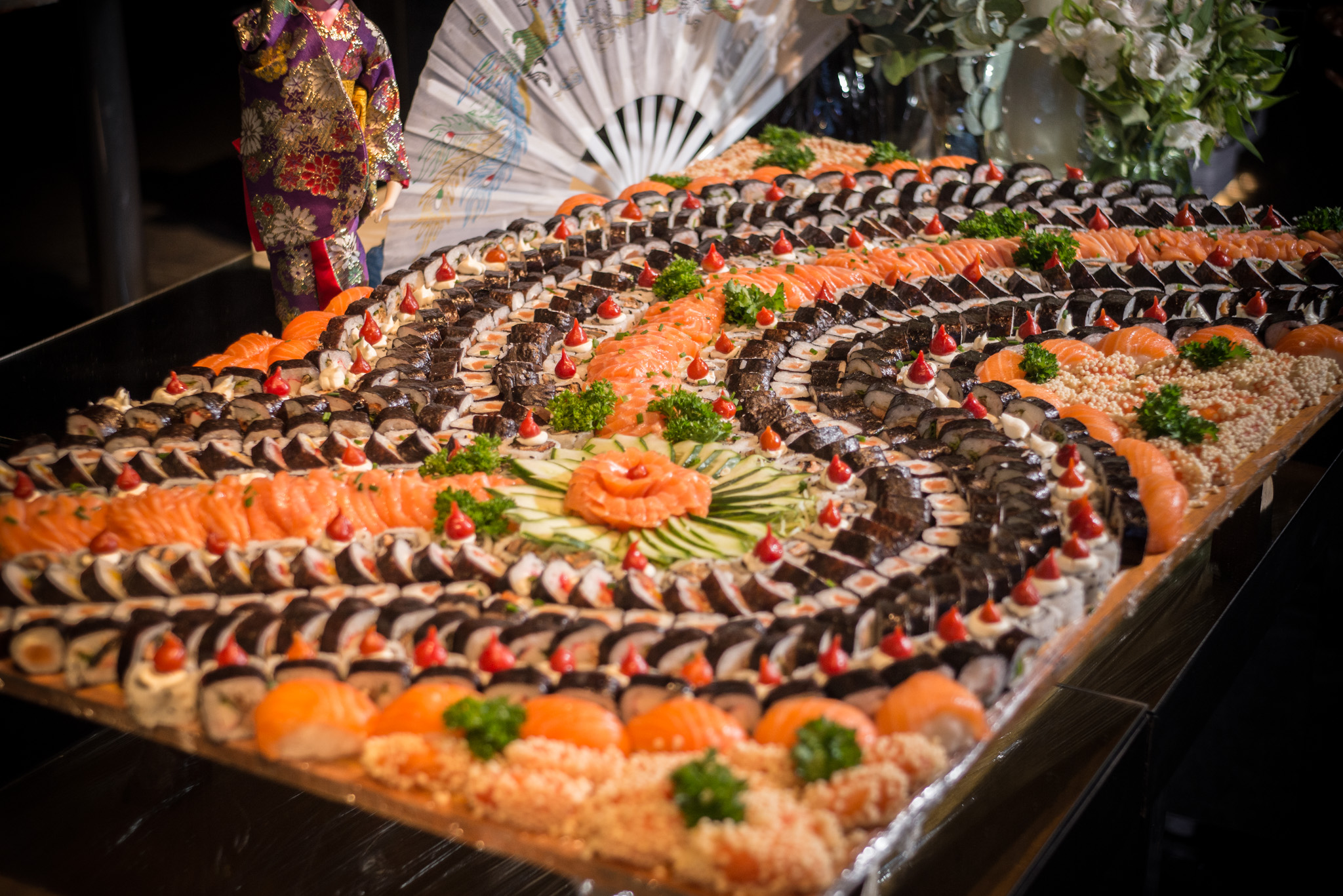 Mesa com comida japonesa do buffet de casamento