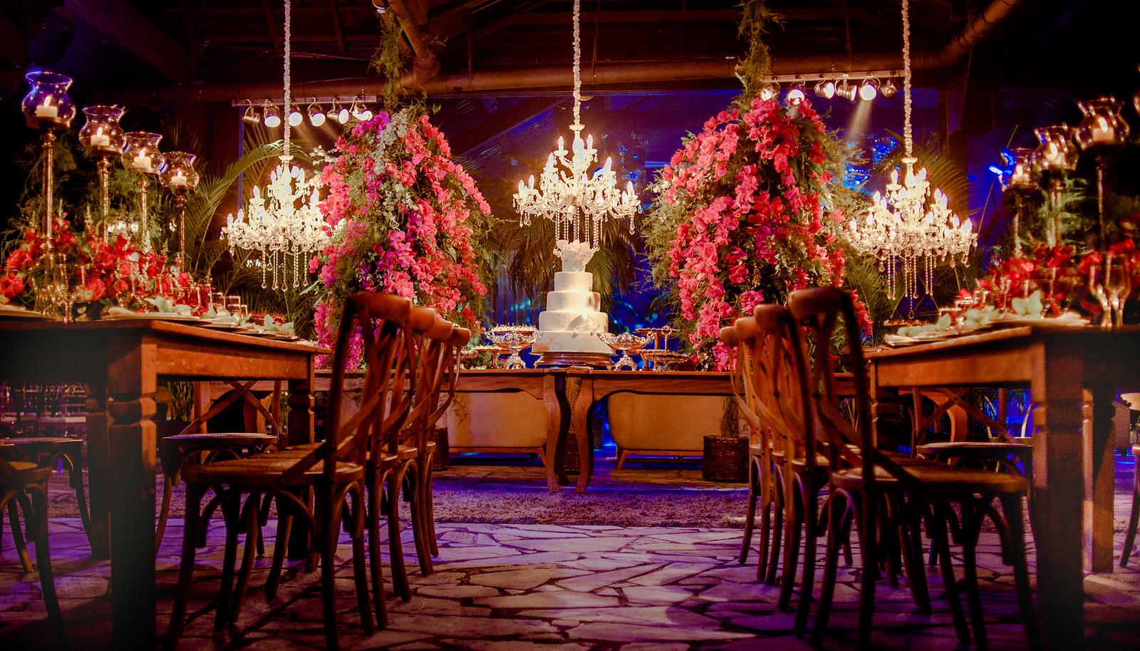 Decoração com flores e lustres do buffet de casamento