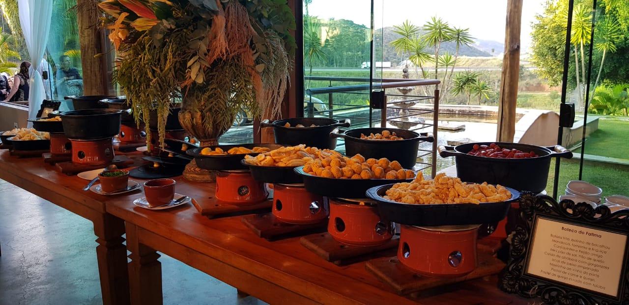 Mesa com comidas mineiras típicas de buffet de formatura