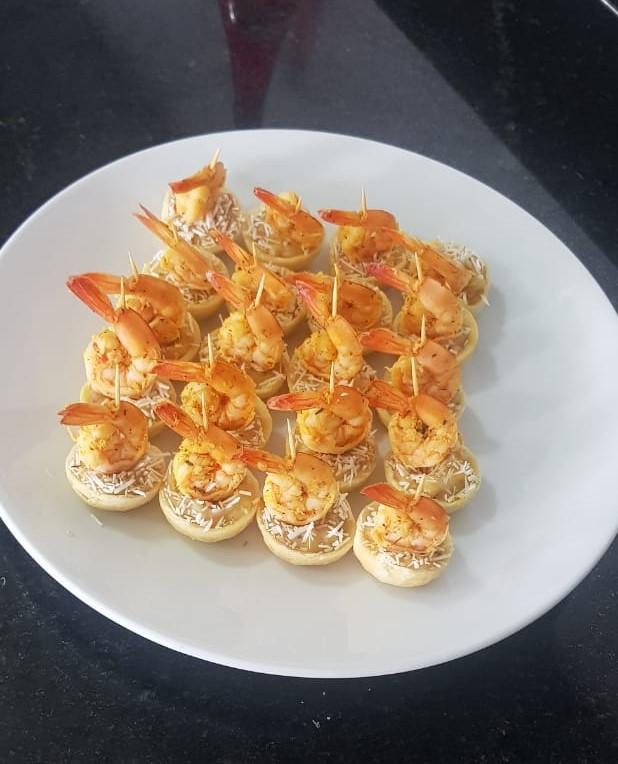 Prato com canapés de camarão