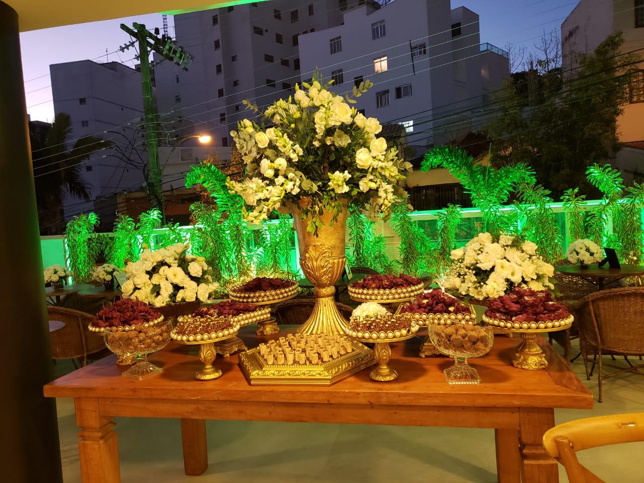 Mesa de doces com arranjo de flor